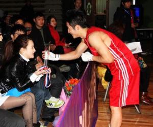 邹市明亚洲拳王争霸赛封王 热吻女友献金牌