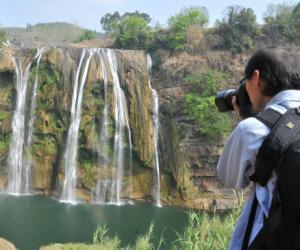 受干旱影响贵州黄果树瀑布大瘦身 水量仅剩四分之一
