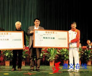 奥运冠军邹市明接受表彰 希望家乡建一所拳击学校