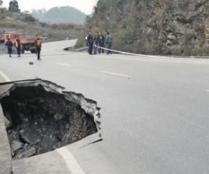 207省道绥阳文星村路段路基塌陷 需从老路绕行